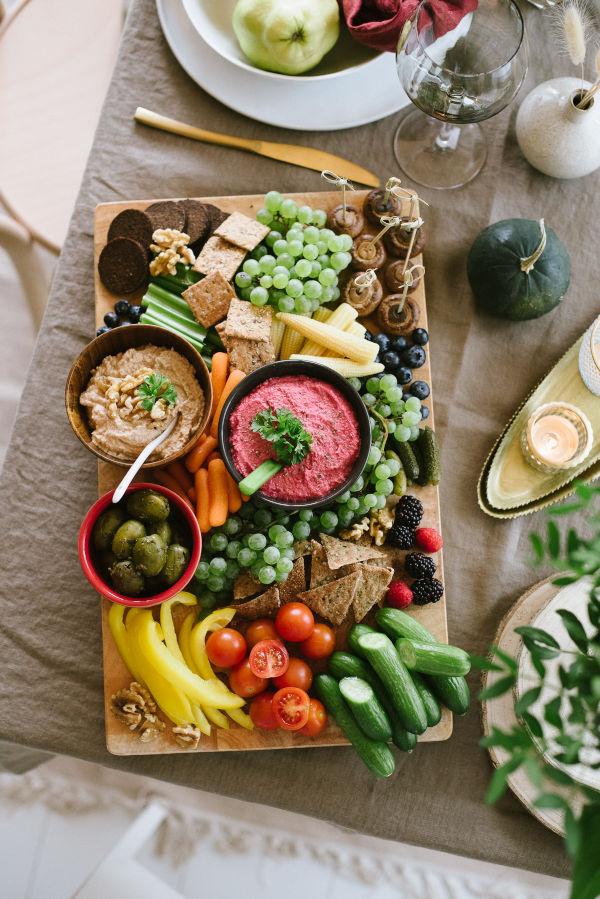 Herbstrezepte-Friendsgiving-Snackplatte-Walnuss-Birnen-Creme-Pinker-Hummus-Schoko-Erdnuss-Berge-OWAO!