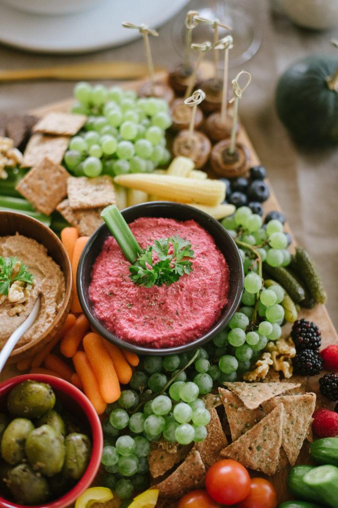 Herbstrezepte-Snackplatte-Pinker Hummus-OWAO-Ernährung für Vielbeschäftigte